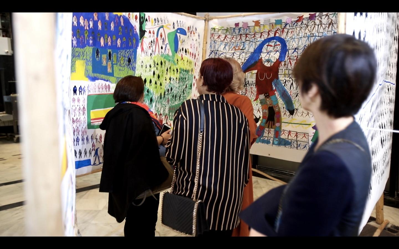 Visiteurs entrant dans l'installation de Mo Baala, Instituto Cervantes.