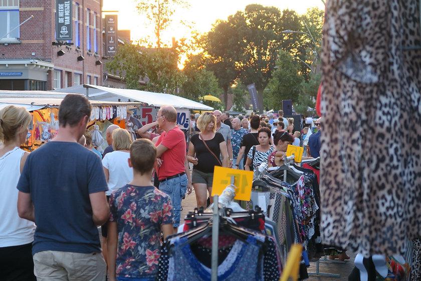Marktaanbod en drukte in de Dorpsstraat