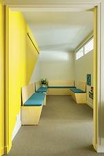 Rénovation de cabinet médical. Paris. Salle d'attente lumineuse et spacieuse. Matériaux écologiques