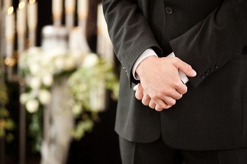 hombre-manos-cruzadas-funeral_79405-1169