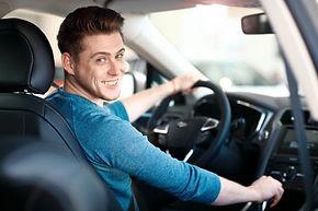 feliz-joven-conductor-masculino-al-volan