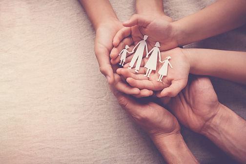 manos-adultos-ninos-papel-recorte-famili