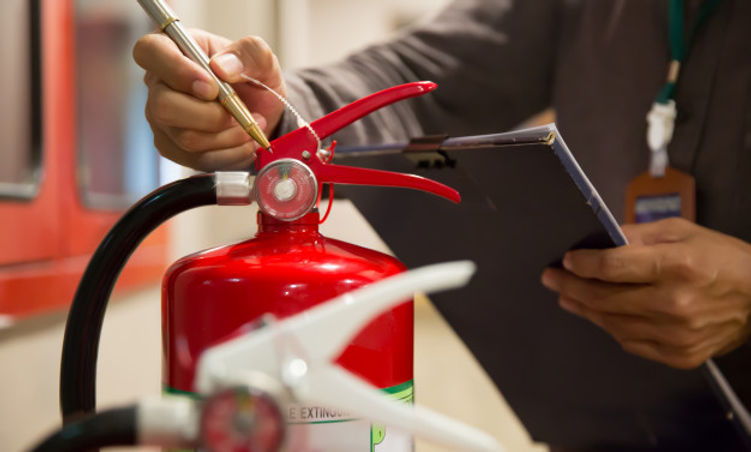 ingenieros-estan-revisando-extintores-in