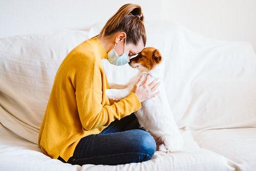 mujer-joven-abrazando-su-lindo-perro-peq