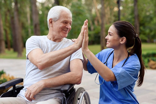 enfermera-anciano-silla-ruedas-chocan-ci