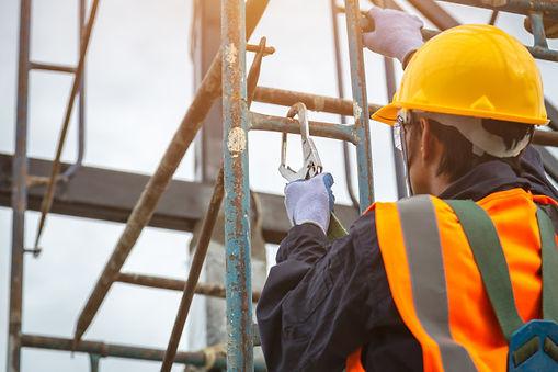 trabajador-ganchos-arnes-seguridad_61243