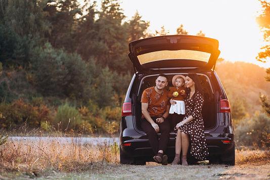 familia-hija-pequena-viajando-coche_1303