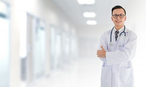 retrato-sonriente-medico-masculino-asiat