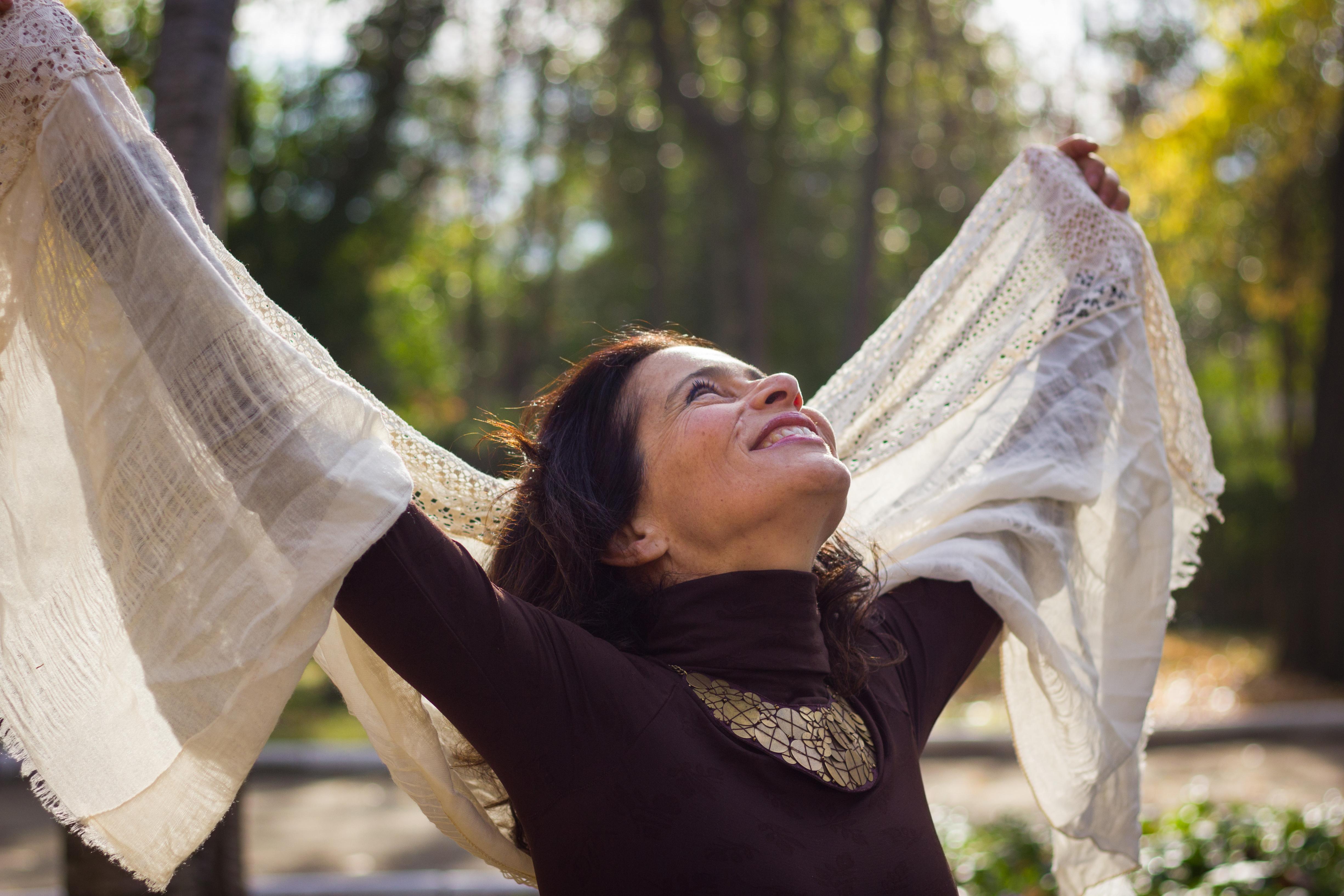 אישה בגיל מעבר ביער שמחה