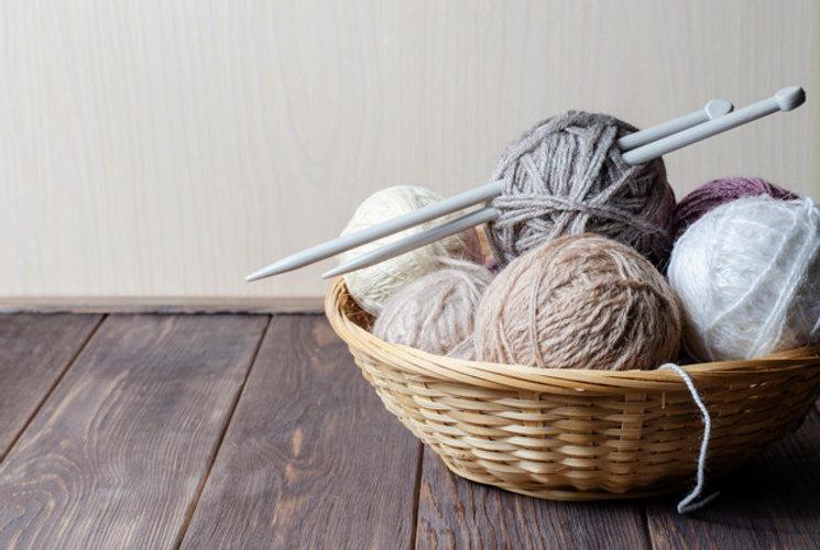 knitting-needles-grey-white-yarn-wool-ro