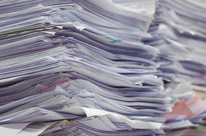 Des piles de papier