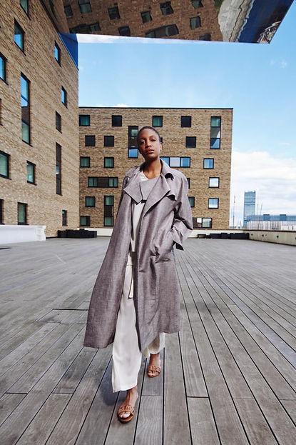 Frau in Brachmann Kleidung Kollektion 2021