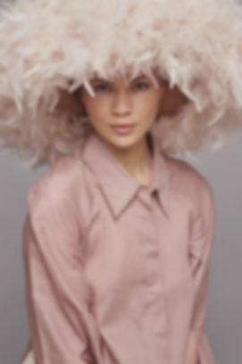 Model mit Hut von Giuseppe Tella Design