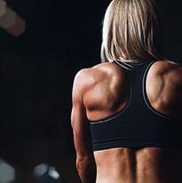 Fit mulher com músculos das costas forte