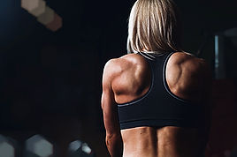 Fit vrouw met sterke rugspieren