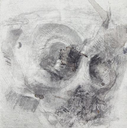le temps fabrique  des masques il travaille  avec du plomb il   rend les corps lourds il  travaille il fabrique  cadavres de temps   souvenirs des masques  corps lourds de plomb