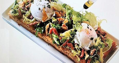 Part de teglia salade, lardons et oeufs pochés