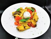 Salade de pâtes aux légumes grillés et burrata