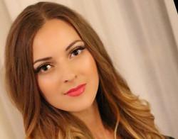 natural bronze eyes makeup wavy hair