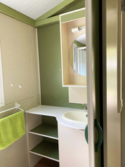 Salle de douche + vasque + WC