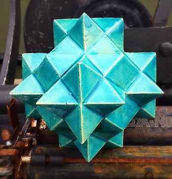 Geometriska figurer i glaserat lergods