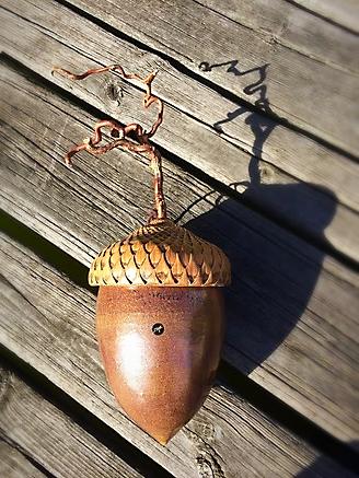 Gigantiskt ekollon i glaserat lergods med trollhassel
