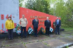 Возложение цветов к памятнику членами Ад