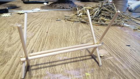 Из деревянных шпажек делаем ясли.
