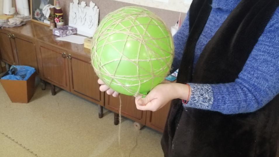 Надуваем воздушный шарик нужного нам диаметра. У нас примерно 20 см. Обматываем джутовой нитью.