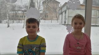 """Коллектив """"Краски"""" в процессе украшения класса"""