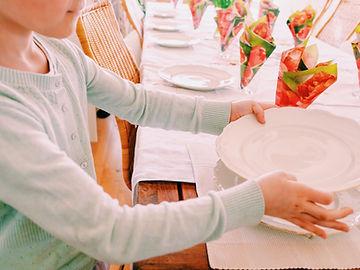 child-setting-the-table-W7SD6HN.jpg