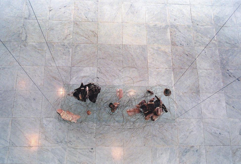 Ana Rey. Distâncias. 2007. Instalação. Vidro, fio de aço, pedras. 500 x 150 x 50 cm. Fotografia Beth Barone.