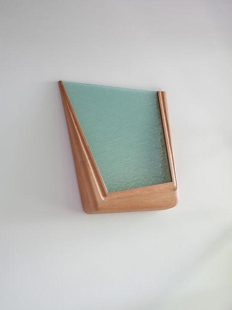 Escultura. Madeira e vidro. 67 x 55 x 12 cm