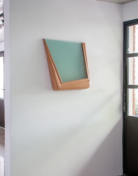 Estado em Suspensão - Objeto Madeira e Vidro. 67 x 55 x 12 cm.