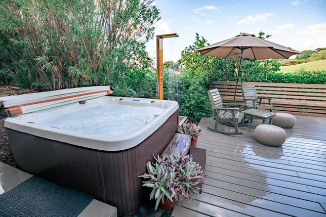 HOT TUB & OUTDOOR SHOWERS