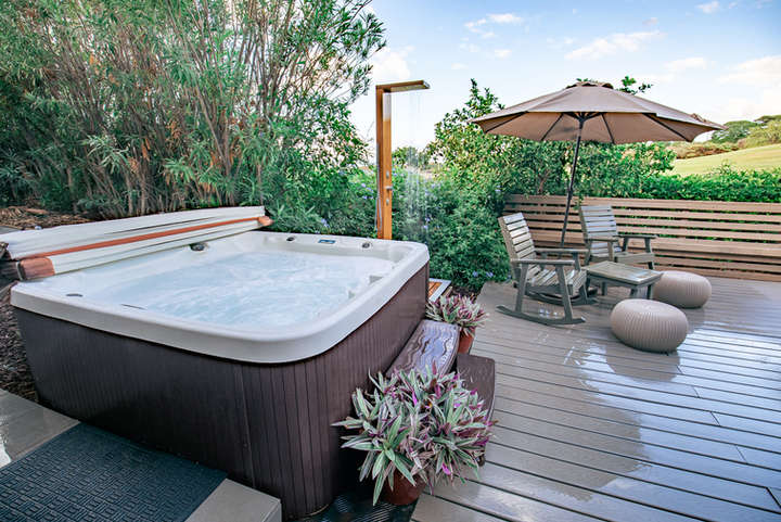 LUXURIOUS HOT TUB & OUTDOOR SHOWERS