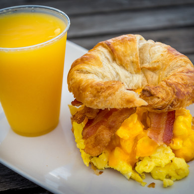 MundoCafe_CroissantwithEggCheddarandBaco