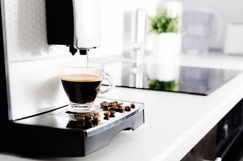 Koffie zetten van koffiebonen met koffiemachine