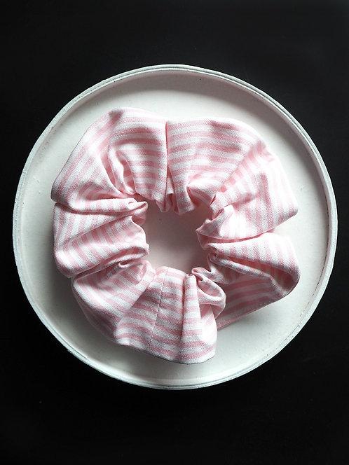 Scrunchie aus gestreiftem Popeline von börd shört | rosa & weiß