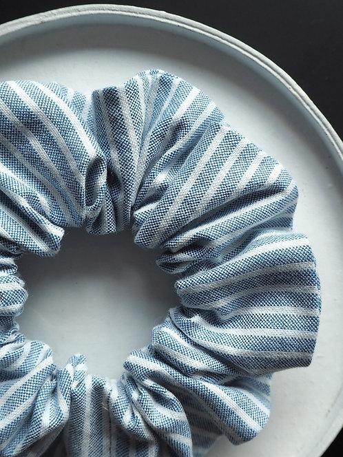 Scrunchie aus gestreiftem Popeline von börd shört | hellblau & weiß