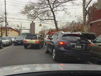 Double Parked Car Causes Dangerous Traffic Jam at Green Light