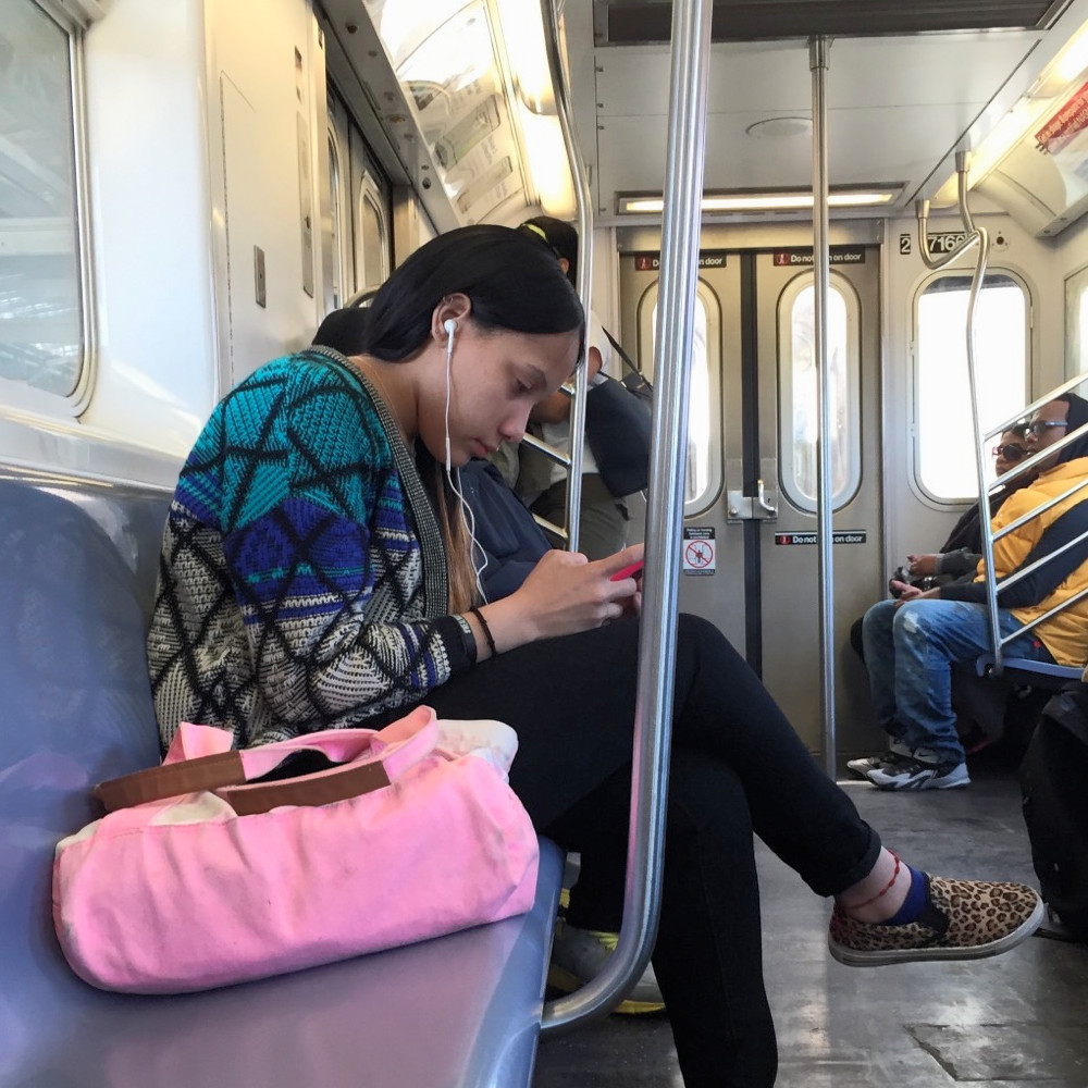 Womanspreading Bagspreading Girl hogging an extra seat with her pretty pink bag #2