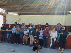 Film's crew and cast on the last day of shooting. Equipo y elenco durante el último día de rodaje.