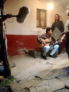 Jesús shooting the serenade scene. Jesús grabando la escena de la serenta.