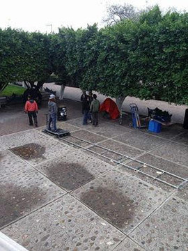 Crew getting prepared to shoot with dolly in La Moncada.  Equipo de trabajo alistándose para usar el dolly en La Moncada.