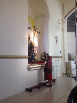 Beatriz Soto shooting a scene inside the local church. Beatriz Soto grabando una escena dentro de la iglesia del pueblo.