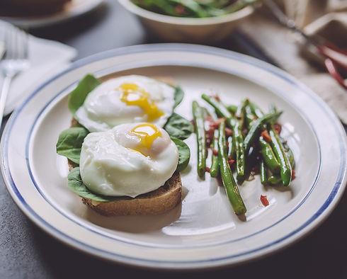머핀에 데친 달걀