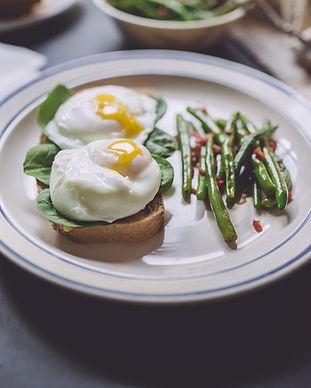 Muffins üzerine Haşlanmış Yumurta