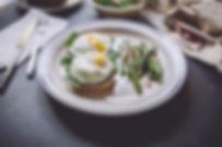 ovos poached com espinafre, vargem cozidas com pão integral.