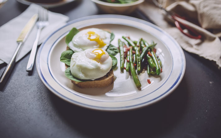 Pochierte Eier auf Muffins